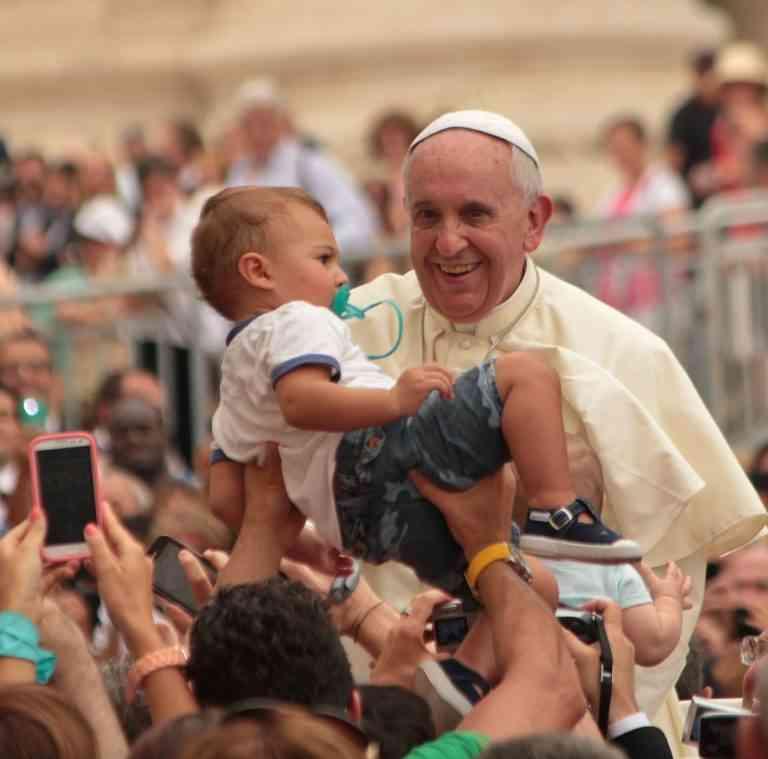 Papa Francesco esorta a combattere gli abusi sui minori