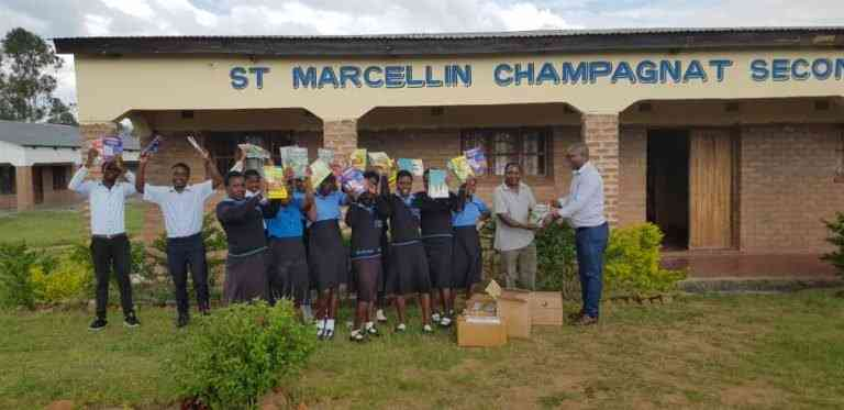 Un feliz año nuevo para los estudiantes de las escuelas abiertas Champagnat Community Day Secondary School y Likuni Open Secondary School en Malawi